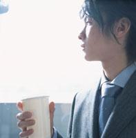 飲み物を持つ日本人ビジネスマン