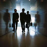 廊下を歩く3人の日本人ビジネスマン