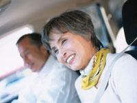 車内のシニア夫婦 02299003286| 写真素材・ストックフォト・画像・イラスト素材|アマナイメージズ