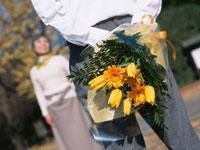 花束を持つシニア夫婦