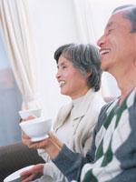 リビングで紅茶を飲むシニア夫婦 02299003337| 写真素材・ストックフォト・画像・イラスト素材|アマナイメージズ