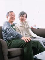 リビングでTVを観るシニア夫婦