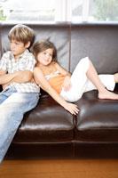 ソファーに座る男の子と女の子 02299003425| 写真素材・ストックフォト・画像・イラスト素材|アマナイメージズ