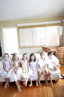 室内でソファーに座る6人の子供たち
