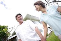 屋外で手をつなぐ50代男性と女性