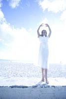海辺で踊るドレス姿の女の子