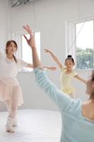 バレエを踊る女性3人