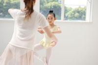 バレエを踊る女性2人
