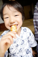 お団子を食べている男の子