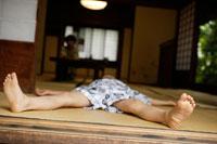 畳の上で昼寝をする男の子