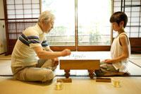 囲碁を打つおじいちゃんと男の子