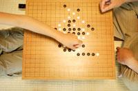 囲碁を打つおじいちゃんと孫の手