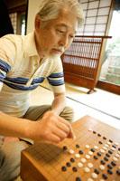 囲碁を打つシニア男性 02299004160| 写真素材・ストックフォト・画像・イラスト素材|アマナイメージズ