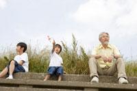 河川敷に座るおじいちゃんと孫 02299004183| 写真素材・ストックフォト・画像・イラスト素材|アマナイメージズ