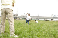 キャッチボールをするおじいちゃんと孫