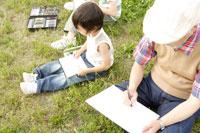 屋外で絵を描くおじいちゃんと孫 02299004202| 写真素材・ストックフォト・画像・イラスト素材|アマナイメージズ