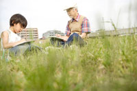 屋外で絵を描くおじいちゃんと孫 02299004207| 写真素材・ストックフォト・画像・イラスト素材|アマナイメージズ