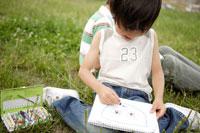 屋外で絵を描く兄弟 02299004209| 写真素材・ストックフォト・画像・イラスト素材|アマナイメージズ