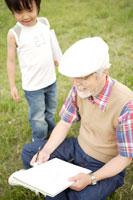 屋外で絵を描くおじいちゃんと孫 02299004210| 写真素材・ストックフォト・画像・イラスト素材|アマナイメージズ