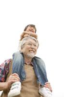 肩車をしているおじいちゃんと孫 02299004212| 写真素材・ストックフォト・画像・イラスト素材|アマナイメージズ