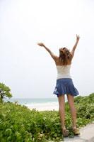 海辺で伸びをする女性の後ろ姿 02299004226| 写真素材・ストックフォト・画像・イラスト素材|アマナイメージズ