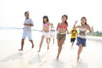 浜辺を走る若者7人