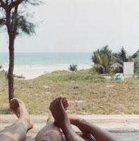 ビーチと男性と女性の足 02299004254| 写真素材・ストックフォト・画像・イラスト素材|アマナイメージズ