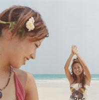 海と20代女性2人