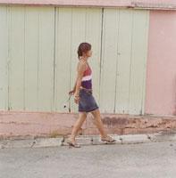 歩いている20代女性 02299004282| 写真素材・ストックフォト・画像・イラスト素材|アマナイメージズ