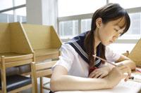 図書館で勉強する中学生