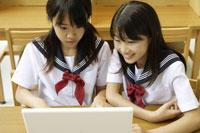 パソコンにむかう中学生