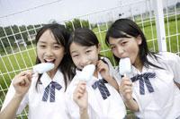 アイスを食べる中学生 02299004349| 写真素材・ストックフォト・画像・イラスト素材|アマナイメージズ