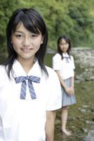 川辺にいる中学生