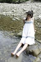 川辺にいる中学生 02299004355| 写真素材・ストックフォト・画像・イラスト素材|アマナイメージズ