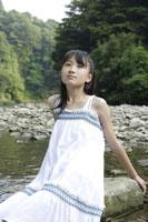 川辺にいる中学生 02299004356| 写真素材・ストックフォト・画像・イラスト素材|アマナイメージズ