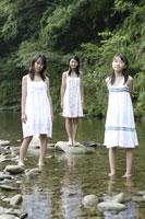 川辺にいる中学生 02299004357| 写真素材・ストックフォト・画像・イラスト素材|アマナイメージズ