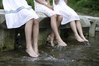 川辺にいる中学生 02299004359| 写真素材・ストックフォト・画像・イラスト素材|アマナイメージズ
