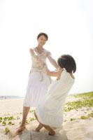 海辺で遊ぶ母と娘