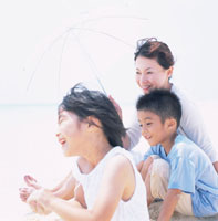 砂浜で遊ぶ親子