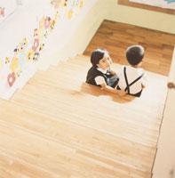 階段に座る園児2人 02299004403| 写真素材・ストックフォト・画像・イラスト素材|アマナイメージズ
