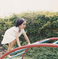 遊具で遊ぶ女の子