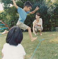 なわとびで遊ぶ親子