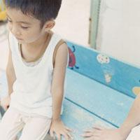 ベンチに座っている男の子 02299004423| 写真素材・ストックフォト・画像・イラスト素材|アマナイメージズ