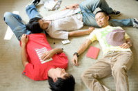 床で眠る20代男性3人