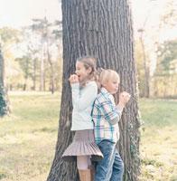 大きな木と外国の男の子と女の子