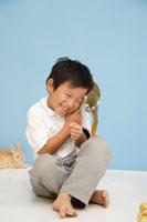 動物と遊ぶ男の子