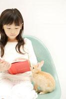 本を読む女の子とウサギ 02299004614| 写真素材・ストックフォト・画像・イラスト素材|アマナイメージズ