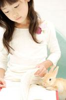 本を読む女の子とウサギ
