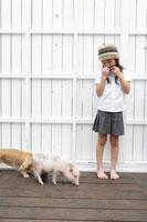 ハーモニカを吹く女の子とブタとイヌ