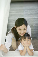 窓辺に居る母と娘